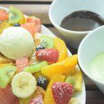 果物がたくさん入ったフレンチトースト!フルーツソースをつけて食べる新スタ イル。